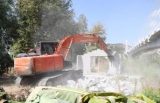 Alanya Belediyesi'nden kaçak yapıya yıkım