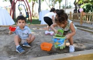 Bebeklere özel parkın açılış kurdelesini çocuklar...