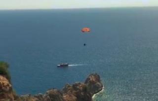 Rüzgar tersten esince düşen yamaç paraşütçüsü...