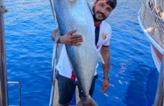 Oltasına 42 kiloluk balık takılan gencin sevinci