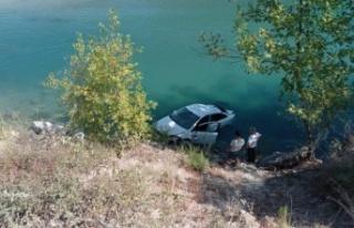 Otomobil ırmağa uçtu: 2 yaralı var