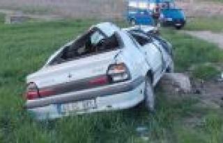 Otomobil Tarlaya Devrildi: 2 Yaralı