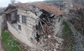 Koruma altındaki tarihi düğmeli evler tek tek yok oluyor