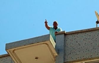 Seyahat izni alabilmek için çatıya çıktı