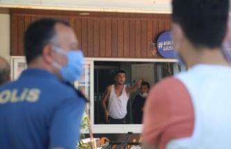 Tahliye kararına karşı çıkan kafeterya işletmecisi boynuna ve kalbine silah dayayıp iş yerini boşaltmak istemedi