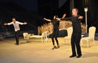 ABT'den bir ilk, Orhan Veli seyirciyi büyüledi