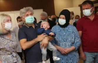 Rahim nakli ile dünyaya gelen 'Ömer Özkan' bebek, nakli gerçekleştiren doktorun kucağında