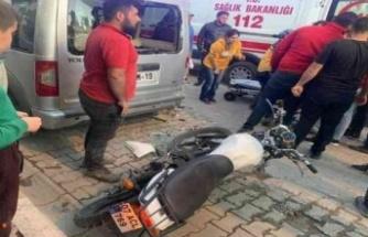Motosiklet sürücüsü ticari araca duvara çarpar gibi çarptı