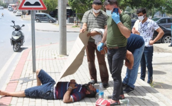 Kaza yapan sürücüyü sıcaktan kartonla korudular