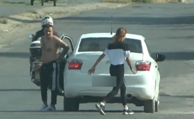 Yarı çıplak arabadan indi, kadının üzerine yürüdü