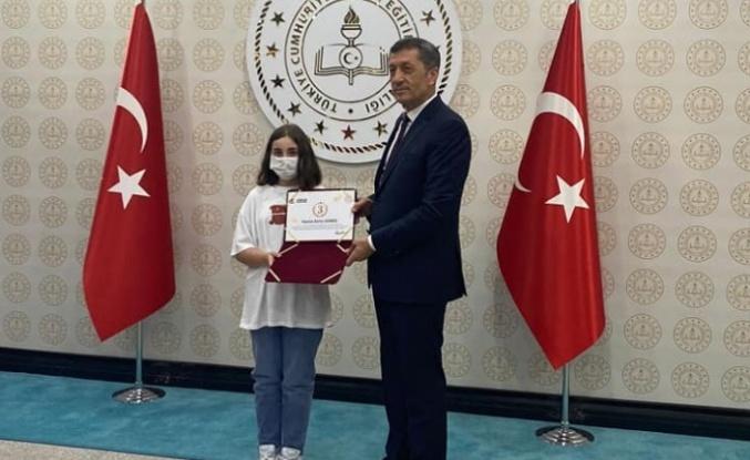 Alanyalı Hasine ödülünü Bakan Selçuk'tan aldı