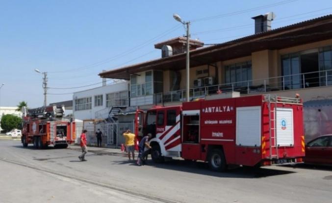 Akaryakıt istasyonu yanındaki pano yangını korkuttu