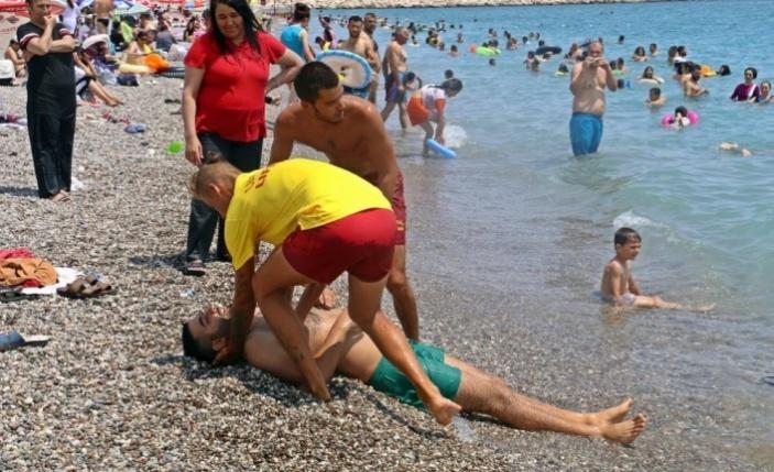 Tatilcilerin arasında boğulma tatbikatı yapıldı