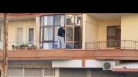 93 yaşındaki Hacı İbrahim Amca cam siliyor